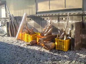 海岸で拾ってきた流木を自作薪ストーブの燃料として使用しています