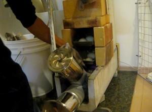 石釜付き自作薪ストーブでパンを焼いている時の様子