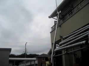 組み立てた後のロケットストーブの煙突を壁に設置する