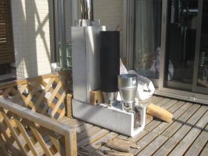 湿った薪や流木も燃やせる室内暖房用のロケットストーブ