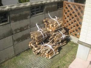 自作した薪置き場はビニールシートをかぶせておく
