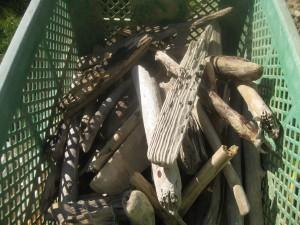 薪の端材は乾燥させ、秋の燃料として使う
