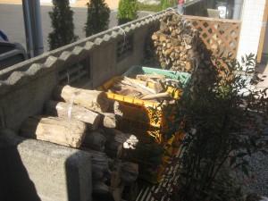 自作の薪置き場には300~400kgの薪をストックできます