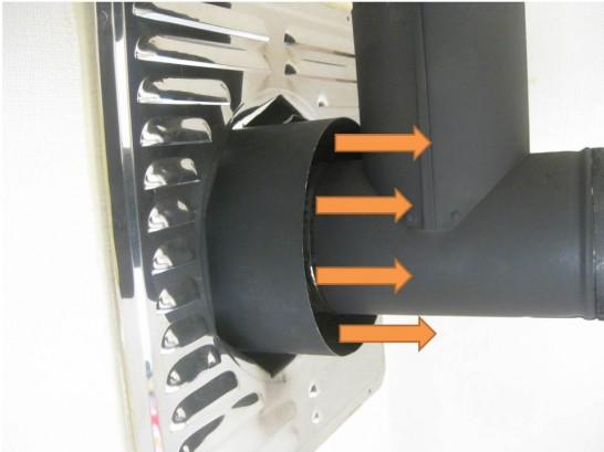 煙突の熱を利用して外気を暖め室内に排出する第三種換気(室内側)