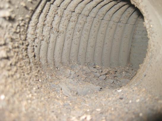 ロケットストーブの煙突内部に溜まる薪やダンボールの燃えカス