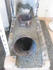 燃焼室のまわりを耐火モルタルで覆って耐久性を向上