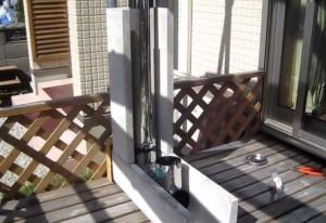 ロケットストーブ本体となるU字溝と先ほど作ったステンレス煙突を組み合わせる