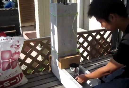 室内暖房用のロケットストーブのU字溝とステンレス煙突の隙間をスチールウールで埋める