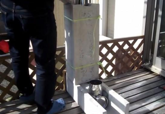 室内暖房用のロケットストーブ本体とU字溝間にパーライトを流し込む