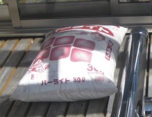 室内暖房で使えるDIYロケットストーブの材料のパーライト