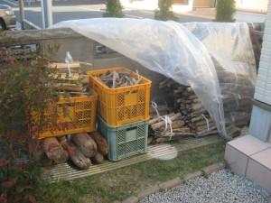 日当たりと風通しの良い自作した薪置き場は波板と透明のビニールシートで雨と露を避ける