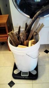 ロケットストーブに使う燃料の薪や流木の重さ