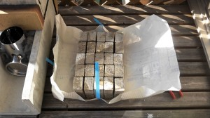 室内暖房用のDIYロケットストーブの材料のコンクリートブロック