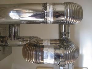 ロケットストーブの煙が室内に漏れ出さないように耐熱アルミテープで塞ぐ