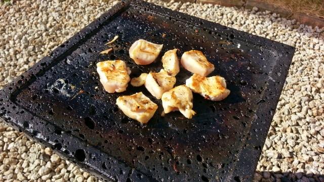 鶏肉を溶岩プレートで焼く